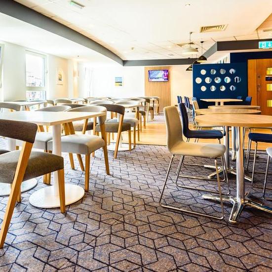 Holiday Inn Express Portsmouth Gunwharf Quays hot desk area